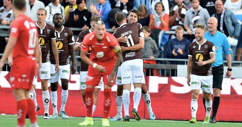 Dragsnes omfavnes etter sitt 2-0-mål mot Brann i 2019. Foto: Digitalsport