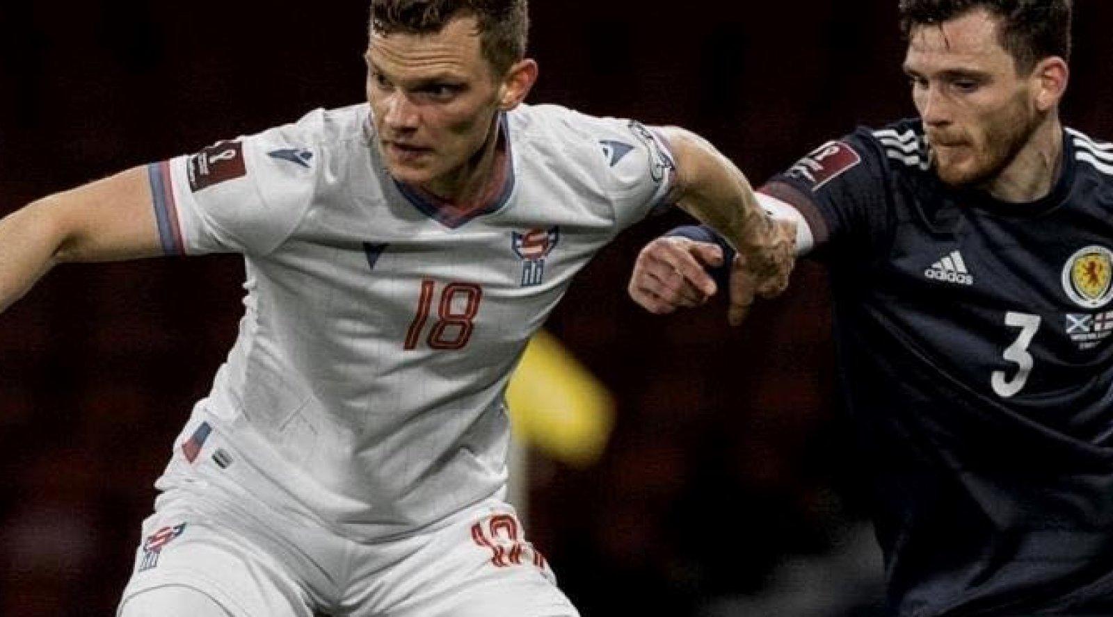 Meinhard Olsen (nummer 18) i kamp med Skottlands Andy Robertson.