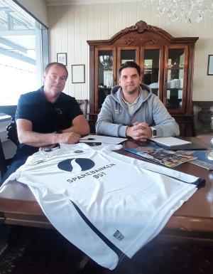 Roar Sanden (til venstre) og Morten Sørli fra MIF Fotball er fornøyde med den nye samarbeidsavtalen.